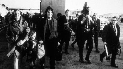 Paul McCartney e Linda Eastman com a pequena urze -hija de um primeiro casamento de Linda - em 1969 (MPTV)