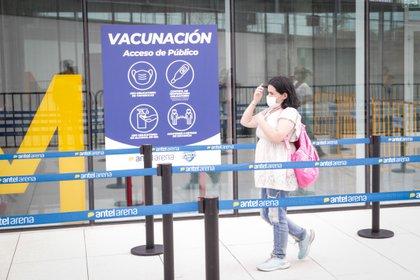 Una mujer acude a un centro de vacunación, el 1 de marzo del 2021, en Montevideo (Uruguay). EFE/Federico Anfitti/Archivo