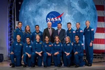 La clase 2017 de astronautas de la NASA posa con los senadores John Cornyn y Ted Cruz el 10 de enero de 2020. NASA