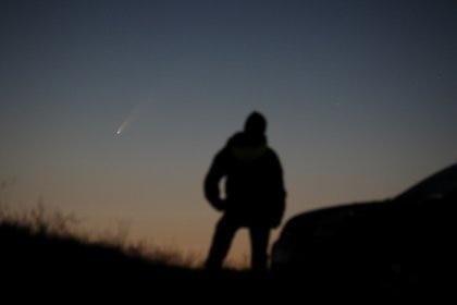 """Una persona mirando el cometa C/2020 F3 denominado """"Neowise"""", desde Ballintoy, Reino Unido (Nightskyhunter.com/via REUTERS)"""