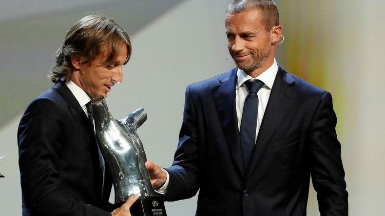 Luka Modric fue elegido como  Mejor Jugador del Año  de la UEFA y ... 71b8b3105d24b