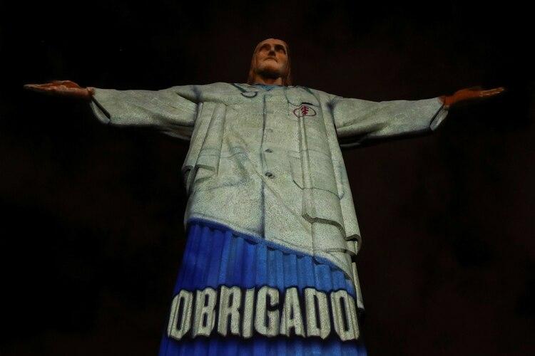 El Cristo Redentor iluminado con un homenaje a los trabajadores sanitarios (REUTERS/Ricardo Moraes)
