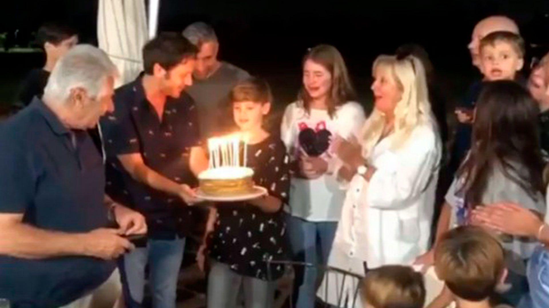 """Benjamín Vicuña sorprendió a Bautista en Chile con una torta; """"Celebrándote"""", escribió el actor en su cuenta (Foto: Instagram)"""