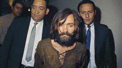 En esta foto de archivo de 1969, Charles Manson es acompañado a su acusación formal por cargos de conspiración y asesinato en relación con el caso de Sharon Tate (AP Photo, File)