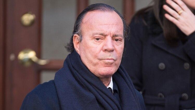 Julio Iglesias se negó reiteradamente a hacerse las pruebas de ADN, sin embargo un detective recogió la saliva de uno de los hijos del cantante confirmando el parecido genético