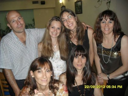 La maestra (abajo a la derecha), junto a su familia, cinco años antes del hecho