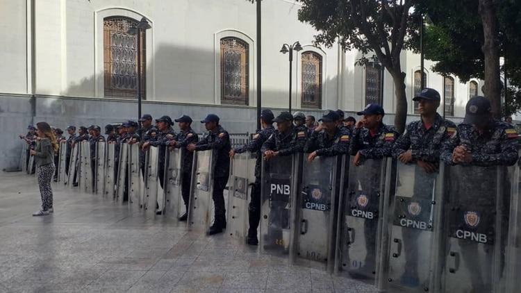 Efectivos de la Policía Nacional Bolivariana frente a la Asamblea Nacional este martes. La sesión tuvo que suspenderse (Foto: Asamblea Nacional)