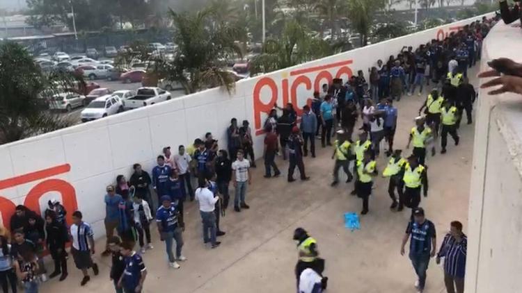 Hinchas del Querétaro aguardan al interior del estadio de San Luis la retirada de los aficionados rivales (Foto: TVC Deportes)