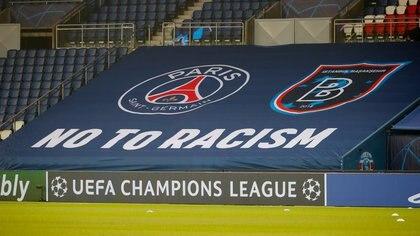 Vista geneal de una bandera contra el racismo en el Estadio Parque de los Príncipes previo a la reanudación del partido por el Grupo H  de la Liga de Campeones frente al Basaksehir de Estambul, en el Estadio Parque de los Príncipes