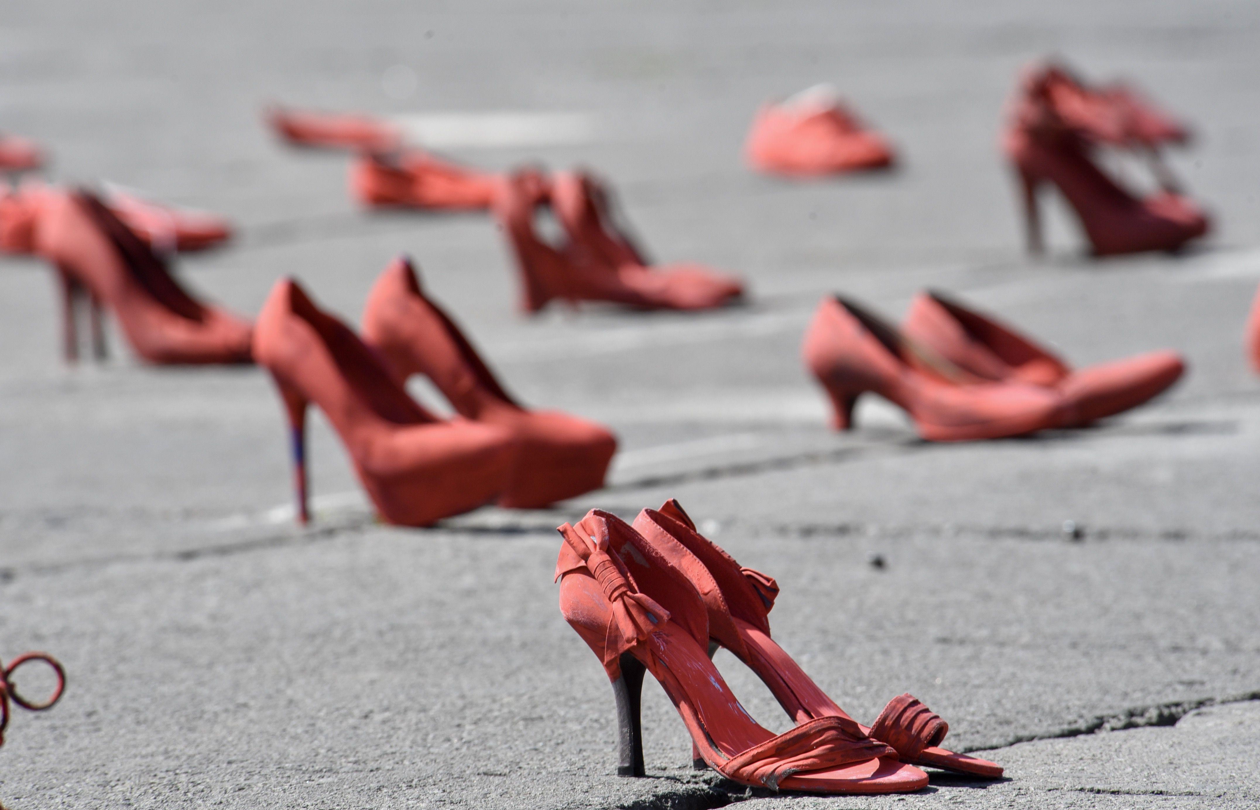 """Familiares de víctimas de feminicidio y mujeres de diversos colectivos se reunieron frente a Palacio de Gobierno e instalaron el performance """"Zapatos Rojos"""", los zapatos representan a las mujeres que han sido asesinadas en el Estado de México, este es un proyecto de arte creado por Elina Chauvet y es la primera vez que se realiza en la capital mexiquense, pidiendo justicia y alto a la violencia de género (Foto: Crisanta Espinosa Aguilar/Cuartoscuro)"""