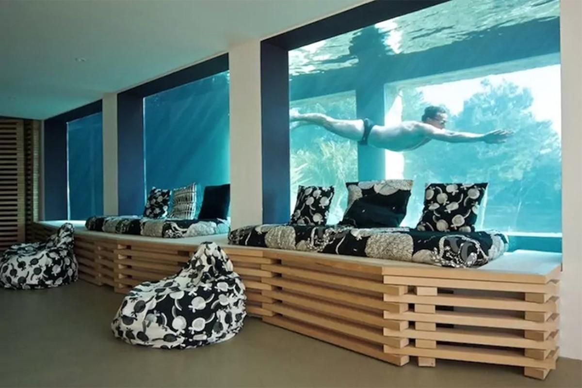 La increíble casa atravesada por una piscina transparente como un acuario que se alquila a USD 1.000 por noche en la costa francesa