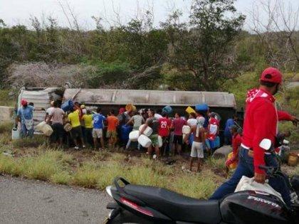 Habitantes de Tasajera saqueando la gasolina del caminón cisterna accidentado en la Troncal del Caribe, carretera que pasa enfrente del pueblo.