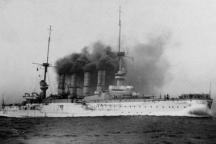 El SMS Scharnhorst, busque insignia de la Escuadra de Asia Oriental (U.S. Office of Naval Intelligence)