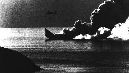 """La fragata británica HMS Antelope se hunde en las aguas frías de Ajax Bay el 24 de mayo, luego del ataque de laescuadrilla """"Nene"""" de aviones A-4B Skyhawk de la Fuerza Aérea Argentina(AP)"""