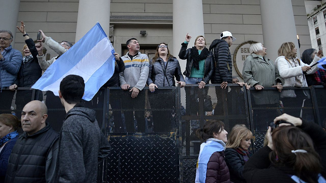 Decenas de miles de personas se movilizaron desde el Obelisco a Plaza de Mayo en apoyo a Mauricio Macri.