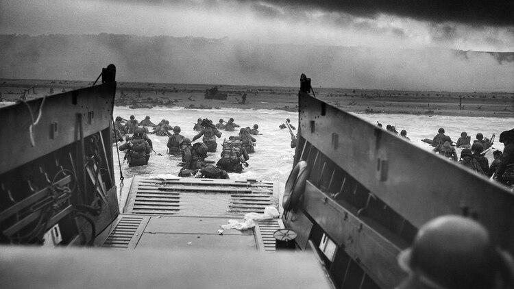 Tropas estadounidenses descienden de las lanchas de desembarco y se aproximan a Omaha