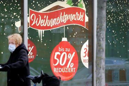 Una mujer con mascarilla pasea en Berlín. REUTERS/Fabrizio Bensch