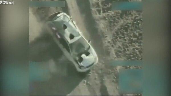 El automóvil quedó semi dstruido después del primer ataque