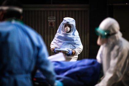 Personal medico realiza el traslado de personas que dieron positivo en la prueba de la COVID-19 en Buenos Aires (EFE/Juan Ignacio Roncoroni/Archivo)