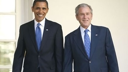 Los ex presidentes de EEUU, Barack Obama (i) y George W. Bush (d)