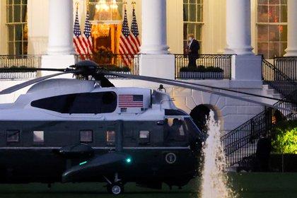 Trump regresó a la Casa Blanca tras permanecer tres días internacional en el hospital militar Walter Reed (REUTERS/Carlos Barria)
