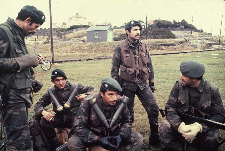 """Francisco """"Mono"""" Altamirano (parado a la izquierda) y Eusebio """"El Terco"""" Moreno, su pareja de combate (sentado con guantes negros)."""