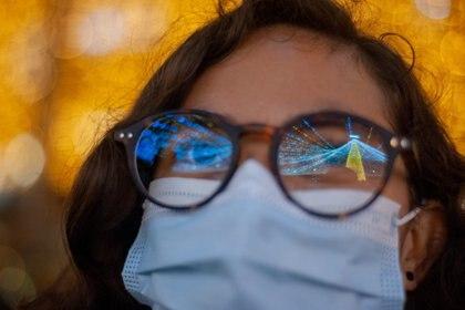 19/12/2020 Una mujer en Colombia viendo las luces de Navidad con mascarilla en plena pandemia del coronavirus..  Colombia ha registrado este viernes 14.941 nuevos casos de coronavirus, mientras que ha expedido 13.393 altas hospitalarias a pacientes que han logrado recuperarse de la enfermedad, en contraposición a las 236 personas que han fallecido a causa de ella en las últimas 24 horas según las cifras de las autoridades sanitarias.  POLITICA  CHEPA BELTRAN / ZUMA PRESS / CONTACTOPHOTO