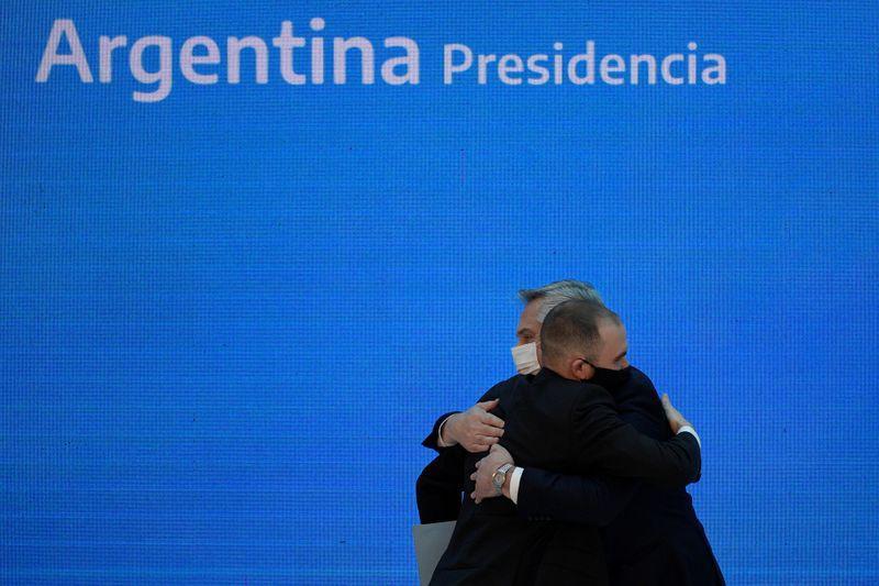 Alberto Fernández y Martín Guzmán se abrazan antes de presentar los resultados de la restructuración de deuda (Reuters)