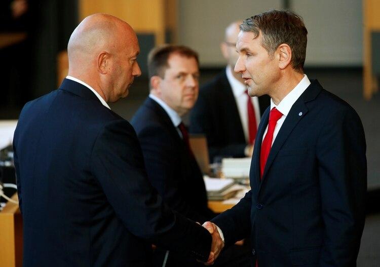 Bjoern Hoecke, líder de Alternativa para Alemania (AfD) en Turingia, felicita a Thomas Kemmerich tras su efímero triunfo, el 5 de febrero de 2020 (REUTERS/Hannibal Hanschke)