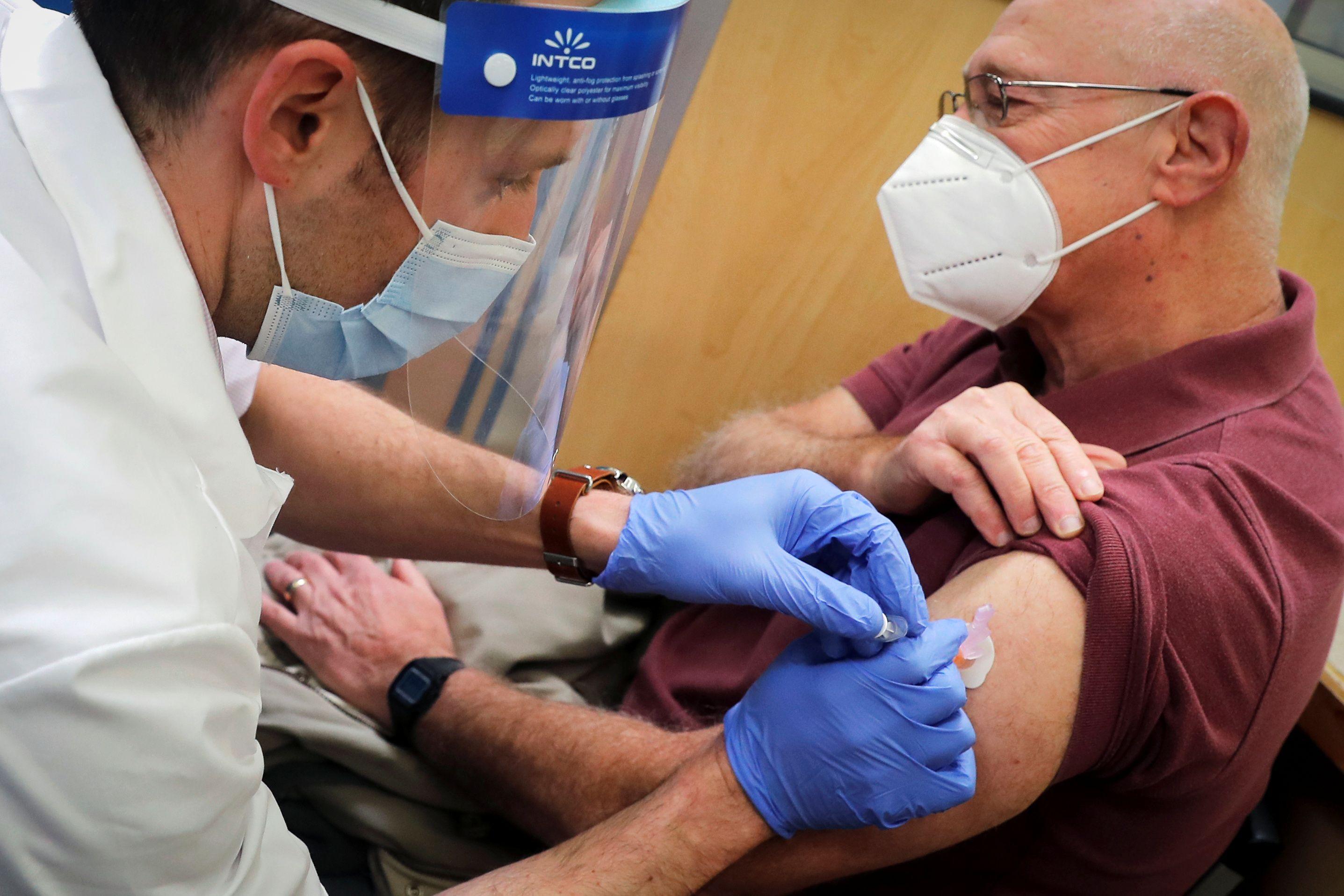 Jeff Stone de West Haven, Connecticut, recibe la vacuna contra el coronavirus - REUTERS/Mike Segar
