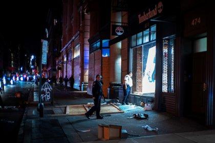 Oficiales revisan una tienda saqueada en Manhattan (Reuters)