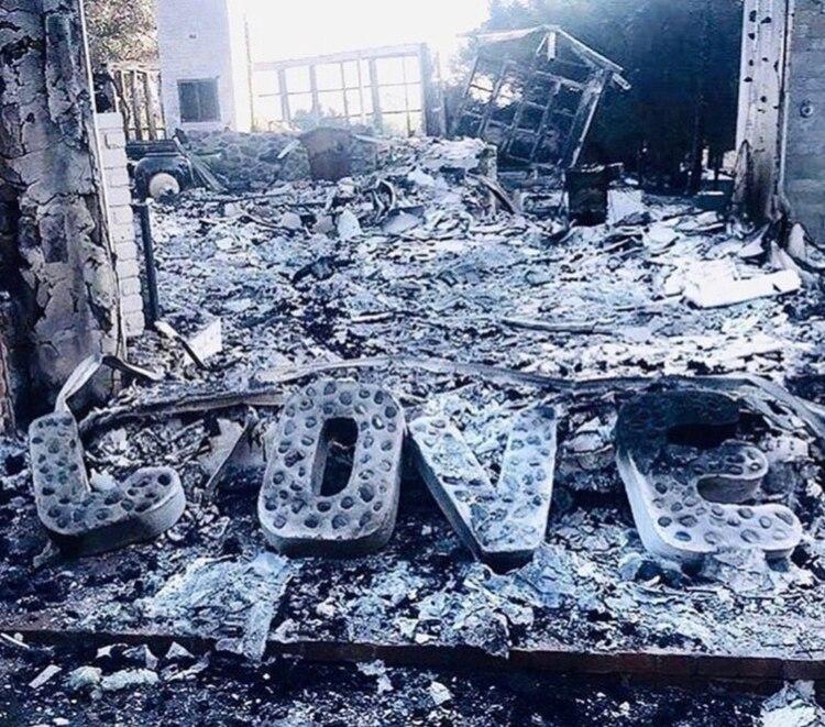 Estas letras son lo único que quedó de la casa de Miley Cyrus tras el devastador incendio forestal en Malibú (Twitter: Miley Cyrus)