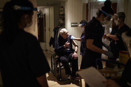 GOTHENBURG, SWEDEN - JANUARY 07: A resident at one of Attendo's nursing homes in Gothenburg receives his first dose of the Pfizer-BioNtech COVID-19 vaccine on January 7, 2021 in Gothenburg, Sweden. All of the 97 permanent residents of the nursing home received their vaccination. Sweden is set to receive 80,000 Pfizer-BioNtech vaccine doses a week, which will be used first to vaccinate the elderly. Sweden aims to provide the vaccine for its entire adult population in the first half of 2021. (Photo by Fredrik Lerneryd/Getty Images)