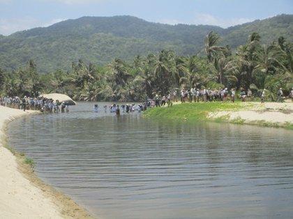 Vista de un grupo de personas durante una caminata por el Parque Nacional Tayrona cerca a Santa Marta (Colombia). EFE/María Concepción Moreno/Archivo