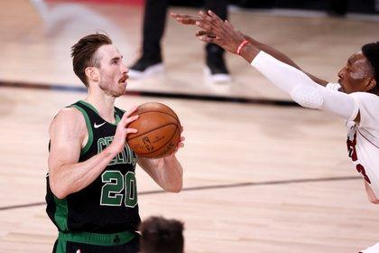 El jugador m�s cotizado en el mercado de los agentes libres, el alero Gordon Hayward (i), que la pasada temporada estuvo con los Celtics de Boston. EFE/EPA/ERIK S. LESSER/Archivo