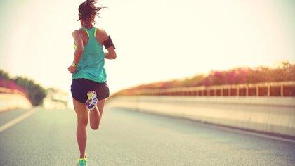 Recomienda también que se empiece con distancias cortas y no te precipites según el nivel que tengas por más que hayas corrido un montón (Shutterstock)