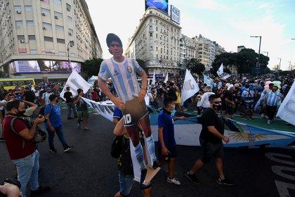 Cientos de fanáticos se congregaron en el Obelisco.