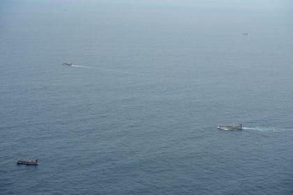 Botes de pesca ilegales chinos son avistados desde una aeronave de la armada ecuatoriana en las Islas Galápagos (Reuters)
