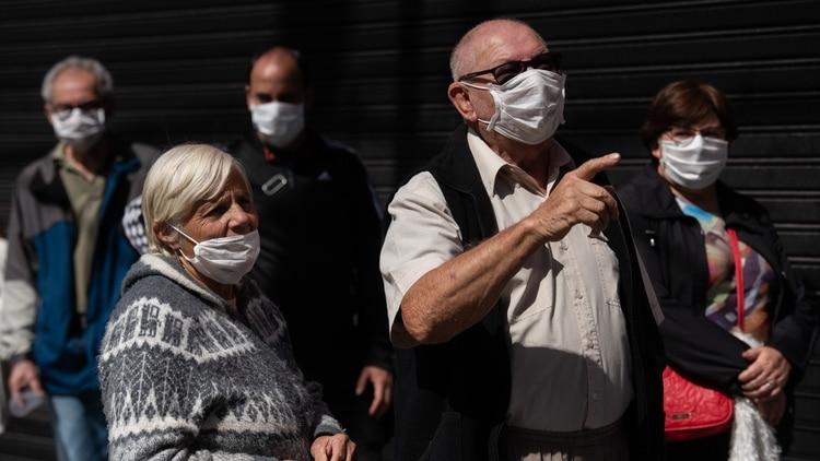 Jubilados con barbijo para evitar contagios en la cola de los bancos (Adrián Escandar)