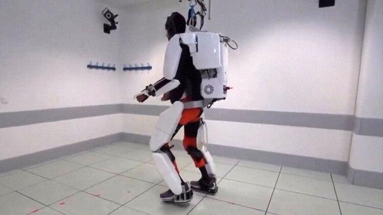 Thibault camina solo en la sala de pruebas de Grenoble