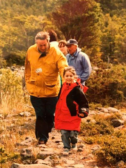 Una foto de su infancia junto a su padre (Instagram: @florenciakf)