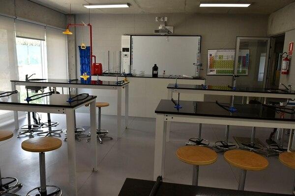 Cada sala de ciencia cuenta con duchas de emergencia