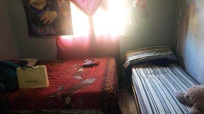 El pequeño cuarto que Tahiel comparte con sus padres en una casita de San Miguel.