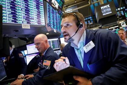 Imagen de archivo de operadores trabajando en el piso de la Bolsa de Valores de Nueva York (NYSE), EEUU, Octubre 9, 2019. REUTERS/Brendan McDermid