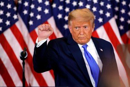 El presidente de los Estados Unidos, Donald Trump, levanta el puño mientras reacciona a los primeros resultados de las elecciones presidenciales de Estados Unidos de 2020 en el Salón Este de la Casa Blanca en Washington (Reuters/ Carlos Barria)