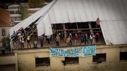 Los reclusos colgaron banderas en el techo