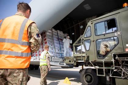 Suministros de protección personal enviados desde Turquía a una base de la Fuerza Aérea Real británica para su distribución en todo el país, en Carterton, Gran Bretaña, el 10 de abril de 2020 (Ministerio de Defensa/Corona derechos de autor 2020/Handout via REUTERS)