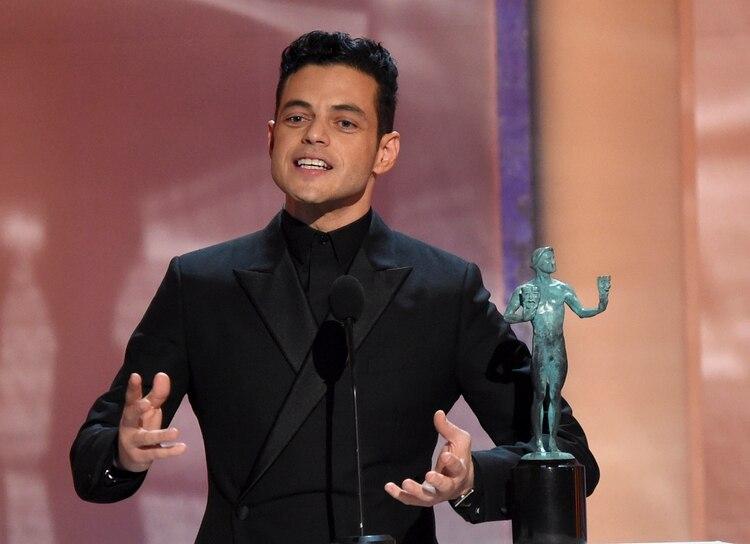 """Rami Malek recibe el Premio SAG al mejor actor por """"Bohemian Rhapsody"""", el domingo 27 de enero del 2019 en Los Angeles. (Foto por Richard Shotwell/Invision/AP)"""