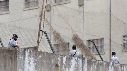Guardias montados en el muro: un agente infectado que trabajaba en la cárcel disparó la tensión.