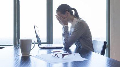 Una etiqueta negativa puede hacer que nos sintamos inferiores a los demás (iStock)